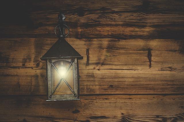 Balkonové osvětlení bez elektřiny – 4 nápady na venkovní atmosféru